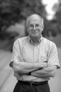 NOBELPRISVINNER: Psykolog Daniel Kahneman fikk Nobelprisen i økonomi i 2002 for forskningen han utførte sammen med Amos Tversky. Foto: Pax forlag.
