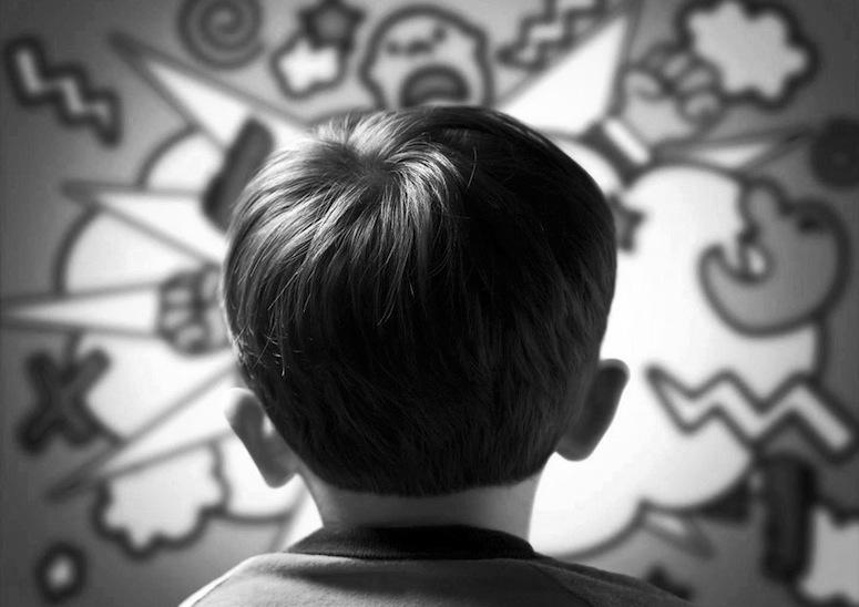 LÆRING VED OBSERVASJON: Barn kan lære seg aggressiv atferd ved å observere. Det var konklusjonen i Albert Banduras Bobo-eksperiment. Foto: Radha Madhava / Flickr.