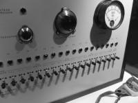 ELEKTRISKE SJOKK: To av tre deltakere fullførte Stanley Milgrams eksperiment. De adlød ordre om å gi en annen person stadig sterkere elektriske sjokk, selv om de hadde mistanke om at støtene var skadelige. Foto:IsabelleAdam/Flickr.