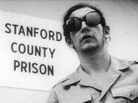 FENGELSSTUDIEN: Fangevokterne I fengselsstudien ved Stanford University måtte kle seg i vokteruniform og fikk briller som skjulte øynene deres. Atferden ble overvåket og filmet av forskerne. Foto:StanfordUniversity.
