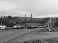 BILKØ: Denne fergekøen oppsto på Kvaløya utenfor Tromsø i 1973. Det er ikke alltid like klart hva som stopper trafikken. Foto: Arne Schrøder / Perspektivet Museum.
